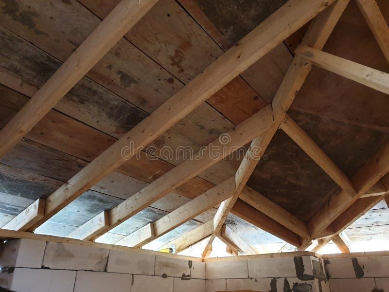 вид деревянных рафтеров при установке крыши при строительстве дома стоковое изображение