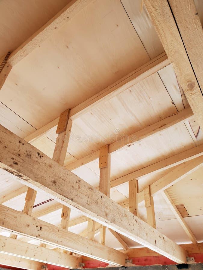 вид деревянных рафтеров при установке крыши при строительстве дома стоковые изображения