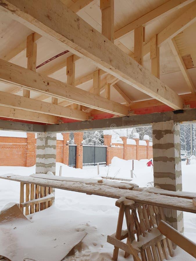 вид деревянных рафтеров при установке крыши при строительстве дома стоковое фото rf