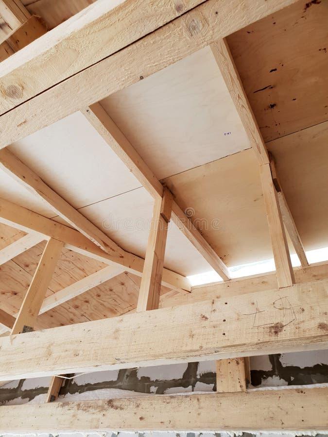 вид деревянных рафтеров при установке крыши при строительстве дома стоковая фотография