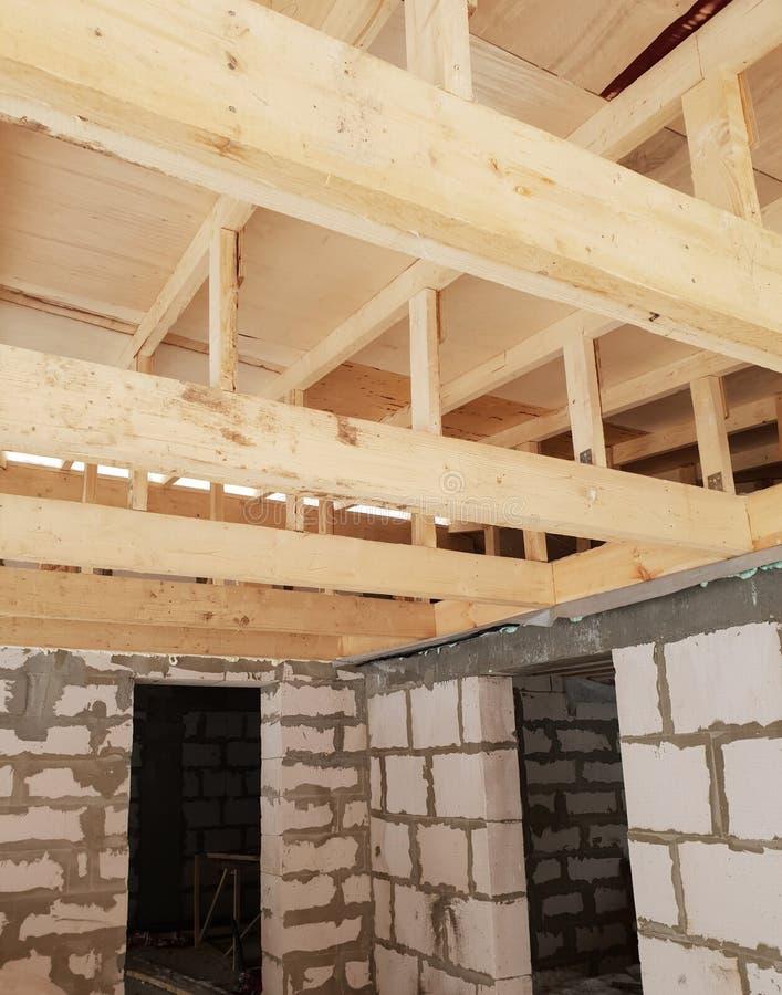 вид деревянных рафтеров при установке крыши при строительстве дома стоковое изображение rf