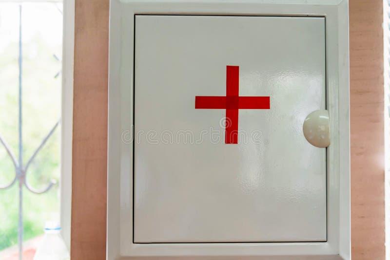 Вид коробки бортовой аптечки на стене стоковое изображение rf