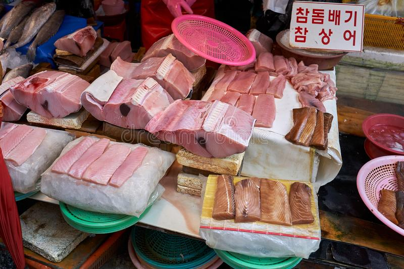 Вид мяса 참돔배기акулы и 참상어акулы, выставленных на продажу на рынке Haeundae Sunrise в Бусане, Южная Корея стоковое изображение