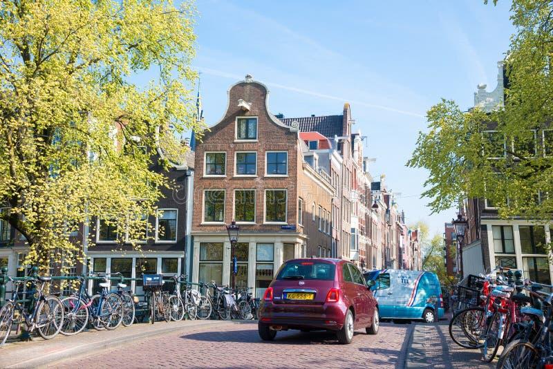 Вид на город Амстердама, типичных голландских домов и велосипедов, Голландии, Нидерланд стоковое изображение