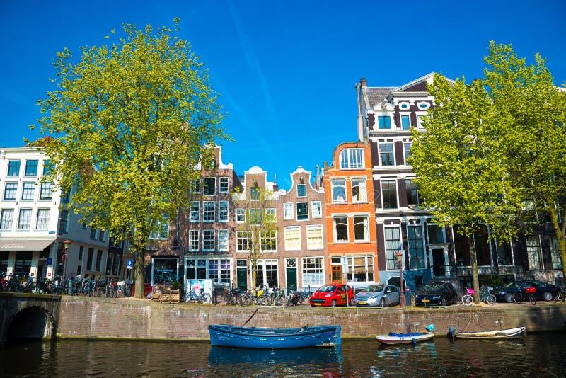 Вид на город Амстердама, типичных голландских домов и шлюпок, Голландии, Нидерландов стоковые фотографии rf