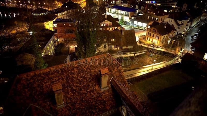 Вид на город вечера, красиво загоренные старые дома, потребление электроэнергии стоковая фотография