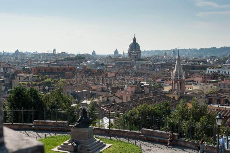 Вид на город в улице Рима с старой исторической архитектурой зданий и искусство в Риме Италии 2013 стоковые фотографии rf