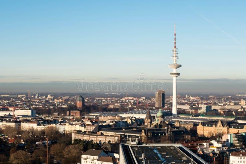 Вид на город Гамбурга с башней ТВ на голубом небе и заходе солнца Германии стоковое фото
