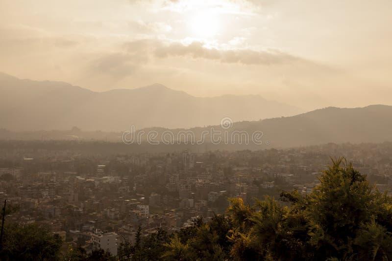 Вид на город Катманду от stupa на заходе солнца, Непала Swayambhunath стоковое фото