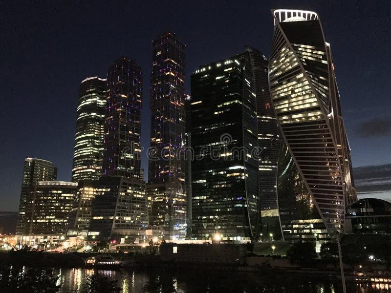 Вид на город Москвы делового центра Москвы небоскребов международного вечером стоковые фото