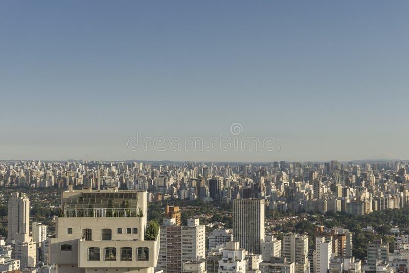 Вид на город Сан-Паулу от вершины здания стоковые изображения rf