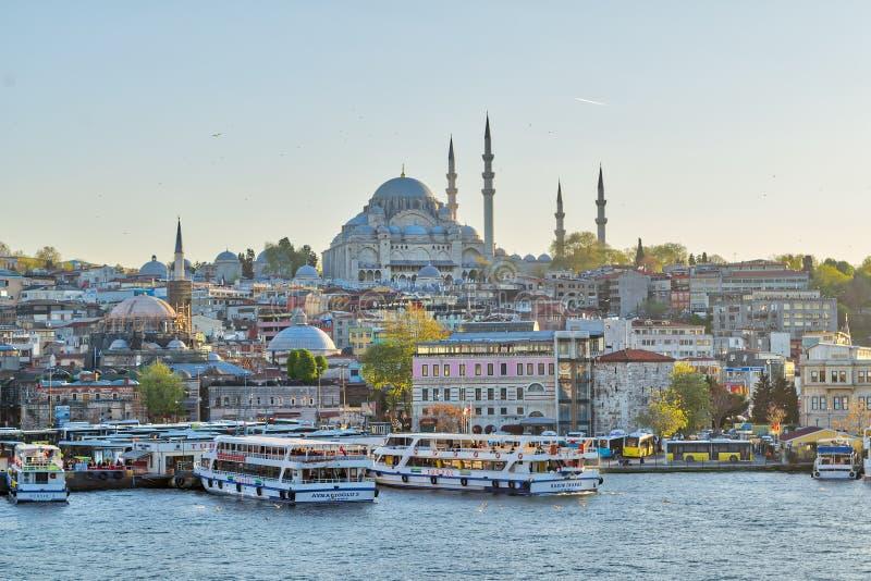 Вид на город Стамбула от моста Galata обозревая золотой рожок с паромным терминалом Eminonu Turyol и мечетью Suleymaniye стоковые изображения
