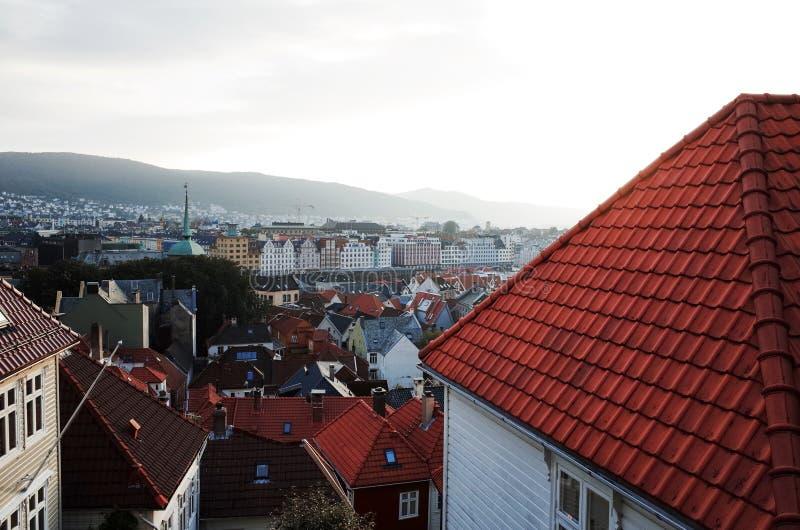 Вид на город с улицы Bispengsgaten, БЕРГЕНА, НОРВЕГИИ стоковое изображение rf
