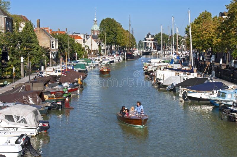 Вид на город Dordrecht с Мариной и людьми плавания стоковые изображения