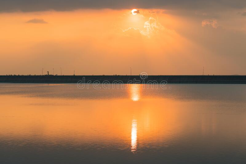 Вид на закат у водохранилища Лам Тахонг, Нахон Ратчасима Таиланд стоковое изображение