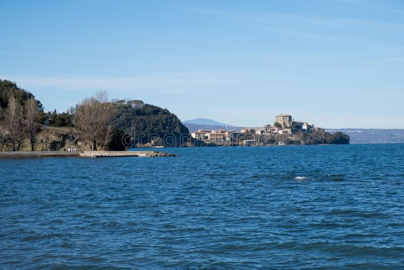 Вид на Какодимонте, озеро Болсена, Лацио, Италия стоковые фотографии rf