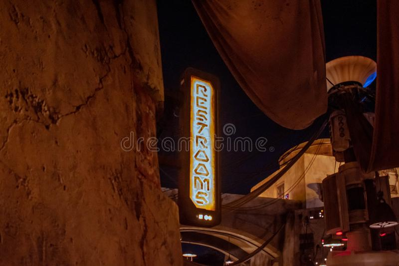 Вид на лучший табличку в туалете со специальной типографией в Star Wars Galaxys Edge на голливудских студиях 125 стоковое фото