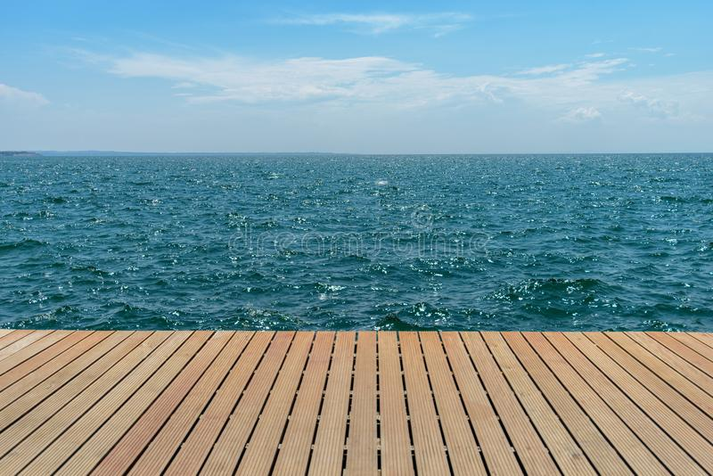Вид на море на деревянной пристани стоковое фото rf