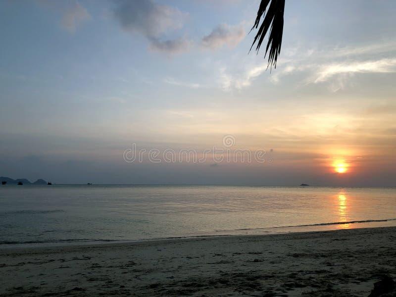Вид на море и заход солнца на побережье стоковое изображение rf