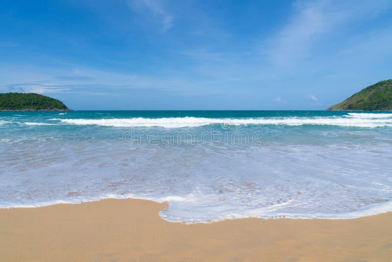 Вид на море от тропического пляжа с солнечным небом Пляж рая лета острова Бали берег тропический Тропическое море в Бали стоковое изображение