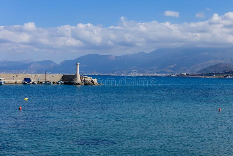 Вид на море с горами и голубым небом с белыми облаками стоковое изображение rf