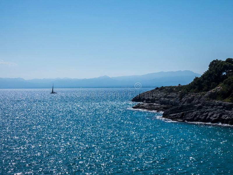 Вид на море Beautifu на солнечный день в Salou, Испании Море Mediterranian стоковые фотографии rf