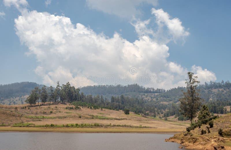 Вид на озеро на деревне отголоска стоковые фотографии rf