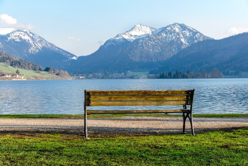 Вид на озеро Шлиерзе в Весеннем Байерне, Баварии, Германия стоковые изображения