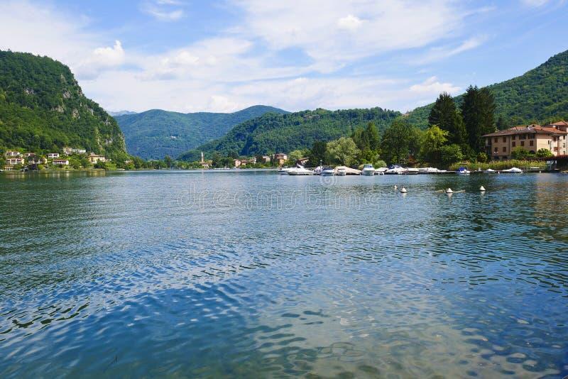 Вид на озеро Ceresio от города Lavena Ponte Tresa который bo стоковые изображения
