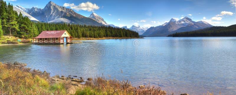 Вид на озеро Maligne стоковые фото