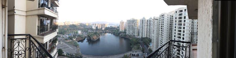 Вид на озеро Mumbai's Powai стоковая фотография