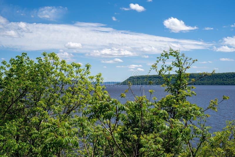 Вид на озеро Pepin Wisconson на солнечный весенний день Это озеро соединено с рекой Миссисипи стоковое фото rf