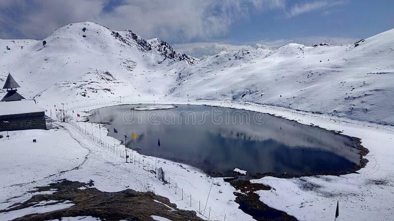 Вид на озеро Prashar в январе стоковое изображение rf