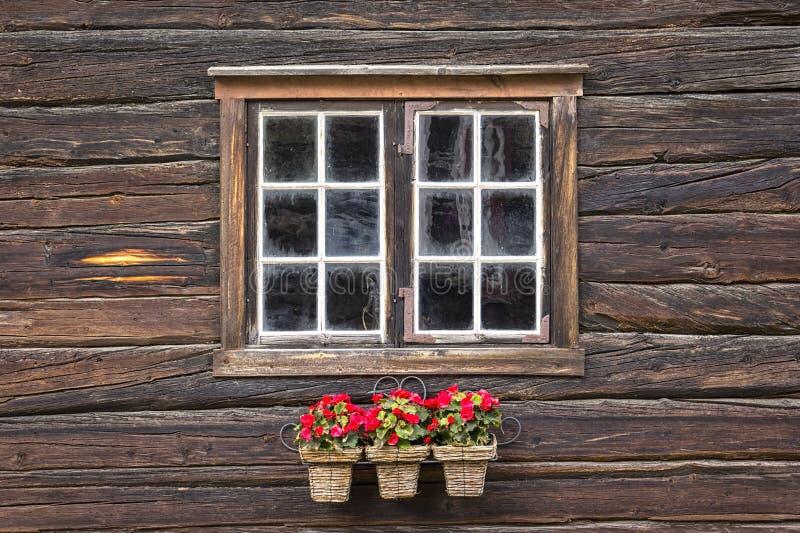 Вид на очень красивое окно деревянного дома с попрошайками перед окном стоковые фотографии rf