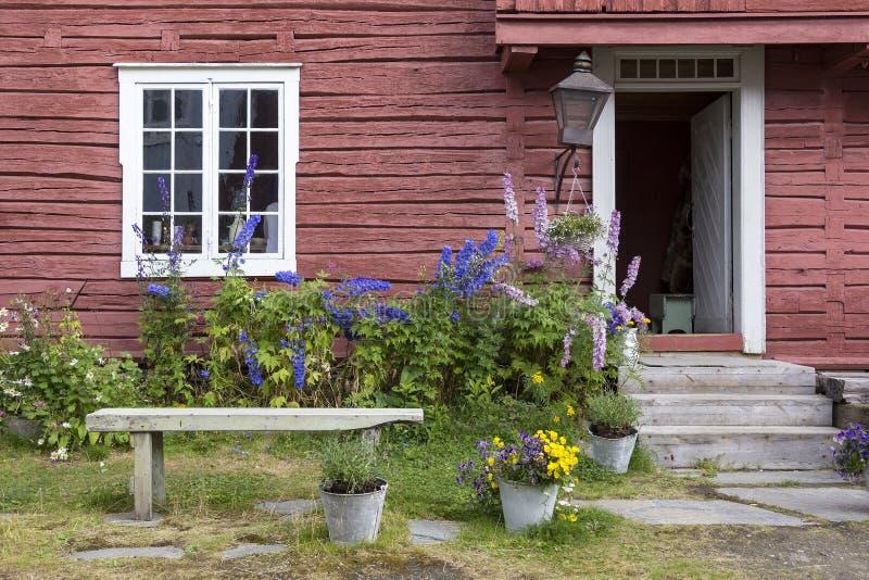 Вид на очень красивый дом с идиллическим садом Обычный скандинавский фасад стоковое изображение