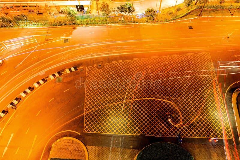 Вид на перекрёстки с высоким углом, с желтым перекрестком, с желтой меткой на перекрестке стоковое изображение rf