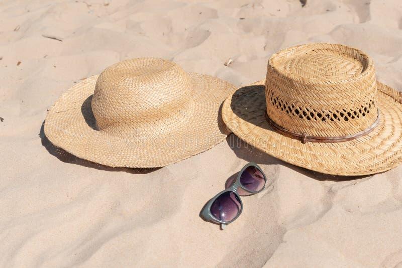 Вид на песчаный пляж с летними шляпами и солнцезащитными очками Пустая реклама или макет упаковки стоковая фотография