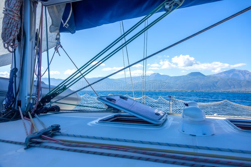 Вид на побережье Хилли через прохождение парусной яхты стоковые изображения rf