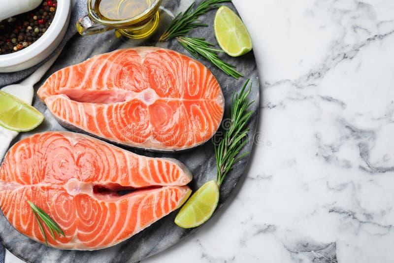 Вид на свежий лосось и продукты на мраморном столе Рыбная деликатность стоковое фото