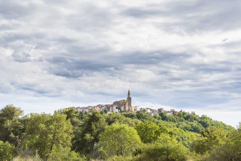 Вид на средневековую деревню Буе в Хорватии стоковые фотографии rf