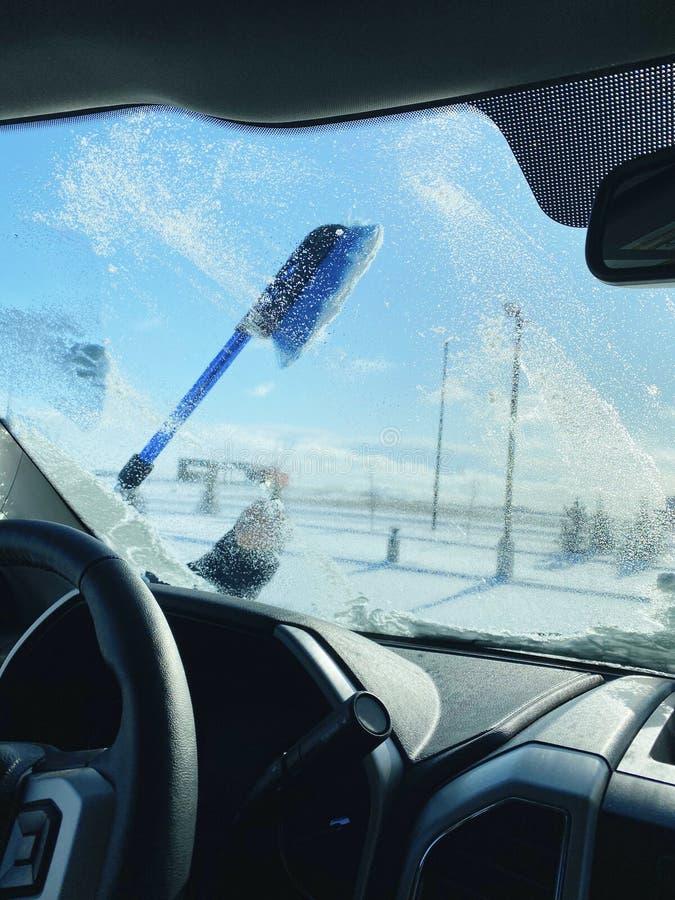 Вид парня, который убирает снег с переднего окна стоковые фотографии rf