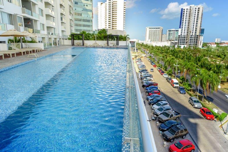 Вид сверху бассейнов на крыше здания. Канкун. Мексика стоковые изображения rf