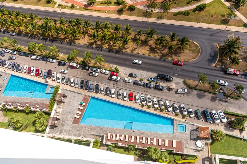 Вид сверху бассейнов на крыше здания. Канкун стоковые фото