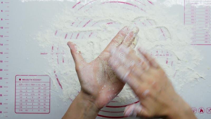Вид сверху: женские руки готовят вкусные сыры, формы из теста, сыр и муку видеоматериал