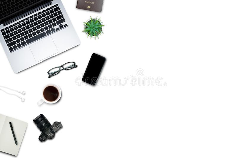 \'Вид сверху, плоский стиль, набор для путешествий, рабочий стол, компьютер, ноутбук, смартфон, кофе, кружка, очки, ноутбук и мно стоковое изображение