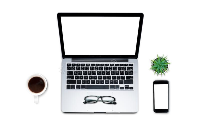\'Вид сверху, плоский стиль, набор для путешествий, рабочий стол, компьютер, ноутбук, смартфон, кофе, кружка, цвет пастельного фо стоковая фотография