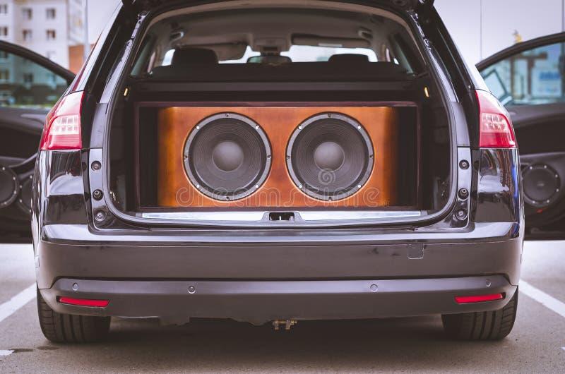 Вид сзади автомобиля, хобота и парадных входов раскрытых, с установленной аудиосистемой автомобиля, ядровыми дикторами и дикторам стоковые изображения rf