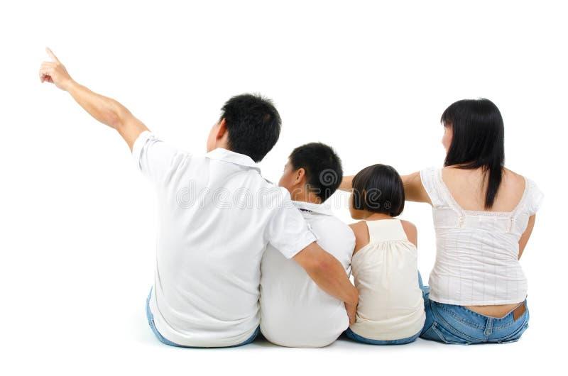 Вид сзади азиатской семьи стоковое фото rf