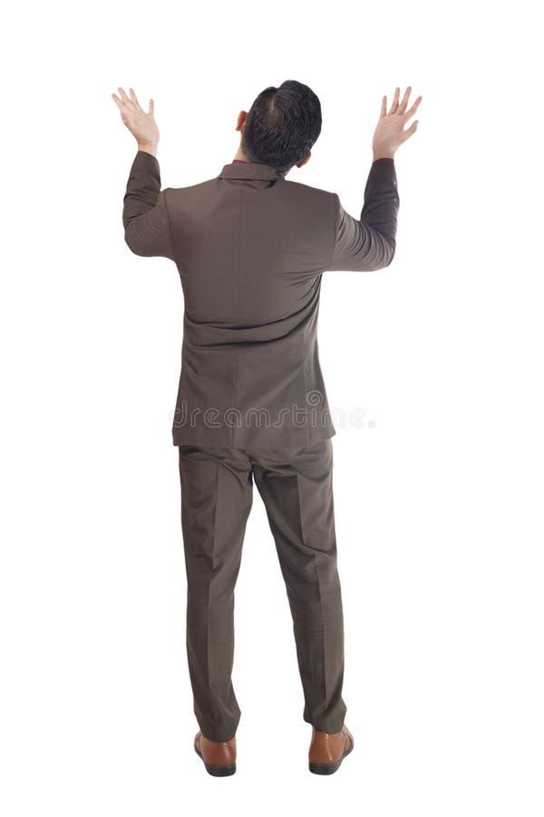 Вид сзади бизнесмена смотря вверх спорящ Полный портрет тела изолированный на белизне стоковая фотография rf