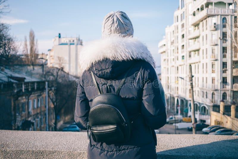 Вид сзади женщины смотря город стоковое фото rf